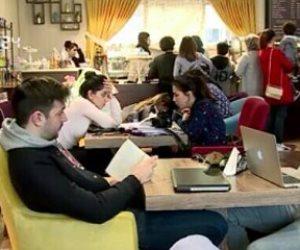 وسط ضجيج الحرب.. فتيات يفتتحن مقهى للقراءة لنبذ التطرف والعنصرية