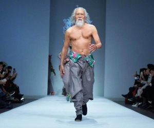 رجل ثمانينى يشارك بعروض أزياء الموضة بالصين.. يعتمد على البروتين ويتدرب يوميا