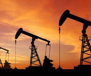 تباين أسعار النفط وارتفاع في الخام الأمريكي