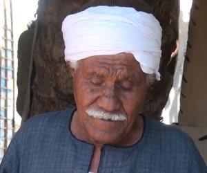 عم إبراهيم.. رجل كفيف وعزيز النفس يحتاج كهرباء وماء في كوخه
