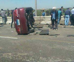 إصابة 5 أشخاص في حادث تصادم سيارتين أعلى المحور