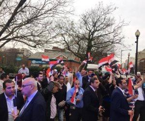سوريون يشاركون فرحة المصريين بالانتخابات الرئاسية ويرفعون علم مصر بباريس