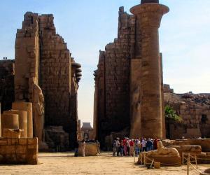 «الكرنك» تنادي: لن يغلق باب متاحفنا.. هل تعيد الأثار الحياة إلى مدينة المعابد؟