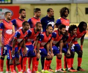 لقطة المباراة.. الحكم يترك لقاء بتروجت ويشاهد ركلة الجزاء على التلفزيون المصري