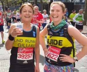 """""""جيليان"""" تشترك لأول مرة فى سباق لندن.. ربطت يدها بابنتها لتصل لحلمها"""