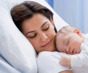 متخافيش من أعراض ما بعد ولادة الطفل الأول.. النزف والشره في تناول الطعام
