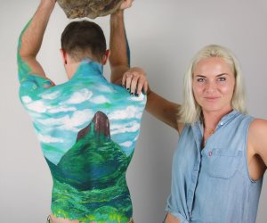 بالصور.. استرالية تعشق الرسم على أجساد أصدقاءها لتبين اختلاف الثقافات وتوافقها معها