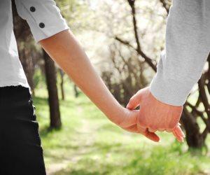 يقتل الحب بين الأزواج ويصيب الأطفال بأمراض التنفس.. دراسة تحذر من النوم مع حيوانك الأليف