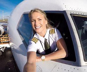 طيارة سويدية تعشق اليوجا.. وتمارسها فى أجمل الأماكن التي تزورها في رحلاتها المكوكية