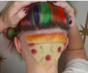 العشق يعمل أكتر من كدة.. سيدة تصبغ شعرها على شكل شرائح من البيتزا