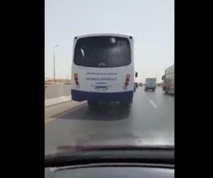 سائق حافلة نقل طلاب يسير بشكل جنوني على الدائري (فيديو)