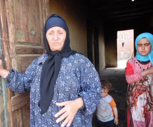 خمسينية هدها الفقر.. «نبوية» تنفق على نفسها وزوجها وأحفادها اليتامى بـ400 جنيه.. وتطلب معاش «تكافل وكرامة» (فيديو)