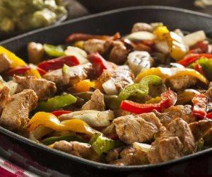 فطارك عندنا.. سلطة الدجاج المشوى ومكرونة بالجمبرى وكفتة سمك والحلو عصير كوكتيل