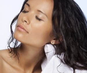 تجنبي النوم بشعر رطب يؤدي لأمراض مزعجة.. آلام الرأس والحكة