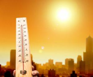 ارتفاع درجة الحرارة يتسبب في انصهار الأسفلت بالكويت «فيديو»
