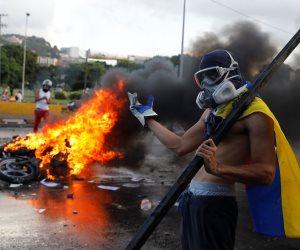مقتل متظاهر برصاص الشرطة الفنزويلية في هجوم للمحتجين على قاعدة جوية (صور)
