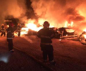 إشتعال النيران بسيارتين وإمتدادها لعدد من المحلات بدمنهور
