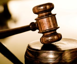 زوج يعرض فيديوهات صادمة لزوجته أمام المحكمة: أقامت علاقة جنسية مع 4 رجال