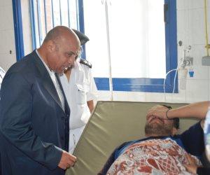 مدير أمن مطروح يزور مصابي حادث الأتوبيس ويستمع لرواياتهم بالمستشفى (صور)