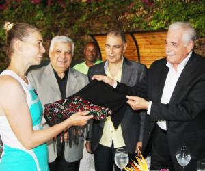 محافظ جنوب سيناء يكرم لاعبة التنس العالمية الثانية على العالم