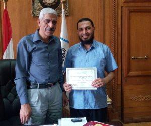 رئيس هيئة السكة الحديد يكرم قائد قطار بالقاهرة لحصوله على الماجستير  (صور)