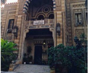 مواطنون يصلون جماعة أمام مسجد عمرو بن العاص بالمخالفة لقرار الأوقاف