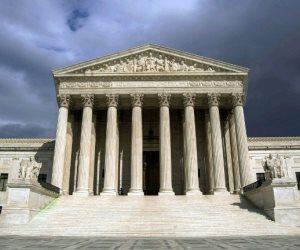 المحكمة العليا الأمريكية تعلق القيود على حظر دخول اللاجئين