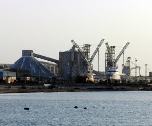 ميناء الإسكندرية يشهد نشاطا في حركة السفن والشاحنات