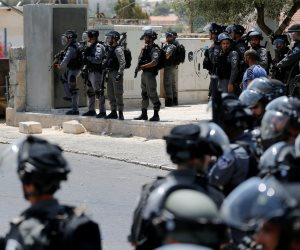 الاحتلال الإسرائيلي يضع أسلاكا شائكة على مساحات من أراضي مسافر يطا بالخليل