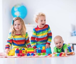 لو غيره طفلك من المولود الجديد زادت.. اهتمي به أكثر وتشاركا في مسئولية الصغير