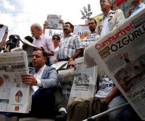 محكمة تركية تأمر باستمرار احتجاز 4 صحفيين بجريدة معارضة وتفرج عن 7 آخرين