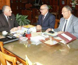 وزير الري يناقش المشروعات التي تنفذها الشركة القابضة للصرف