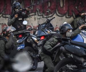 اشتباكات عنيفة في شوارع فنزويلا للمطالبة برحيل الرئيس مادورو (صور)