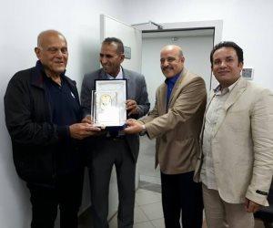 جامعة أسوان تهدي السير مجدي يعقوب درع الجامعة