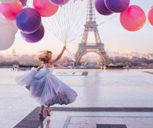 مصور يسافر حول العالم لالتقاط صور لفتيات يرتدين فساتين ساخرة وخلفهن مناظر خلابة