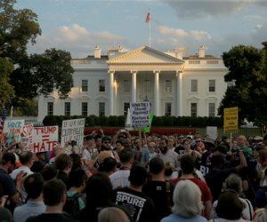 بعد رسالة عبر تويتر.. أنصار الرئيس الأمريكي يتظاهرون أمام البيت الأبيض وتعزيزات أمنية مشددة