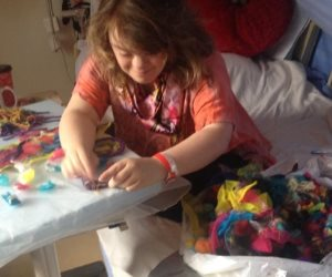 """فتاة مصابة ب """"داون """" تدخلنا عالمها بتصميمات أزياء ملونة ومبهجة.. أيقونة للتحدي"""