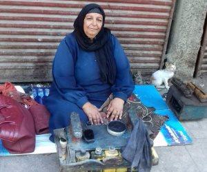 الحاجة سعدية «ماسحة أحذية»: عندى ثلاث بنات وولد وجمعهم يفتخرون بمهنتى.. ونفسي «أعمل عمرة» (صور)