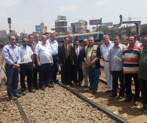 رئيس هيئة السكة الحديد يتفقد نظم الإشارات على خط أسيوط من داخل كابينة جرار