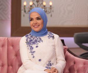تلبسى باروكة في أوضة النوم!.. رد عنيف من منى عبد الغني على مخرج مسلسل (فيديو)