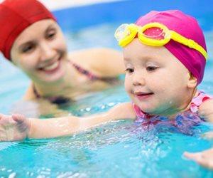 لو خايفة على شعر أطفالك من مياه البحر وحمامات السباحة.. اعرفي إزاي تحميهم