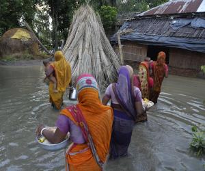 """ناريندرا مودي يتفقد المناطق المتضررة جراء إعصار """"أوكي"""" جنوبي الهند"""