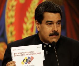 رغم العقوبات الاقتصادية.. بنادق الكلاشينكوف الروسية في قبضة نيكولاس مادورو