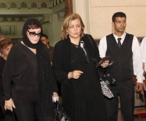لبلبة وإلهام شاهين أبرز الحضور في توديع جثمان والدة ليلى علوي (صور)