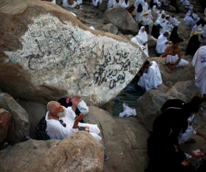 آلاف الحجاج يؤدن صلاة الظهر والعصر قصرًا بمسجد «نمرة» في مشعر عرفات (بث مباشر)