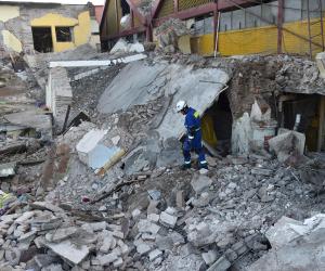 المكسيك تسارع لمساعدة الملايين بعد الزلزال القوي وعدد القتلى يبلغ 96