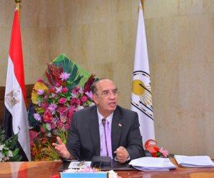 رئيس جامعة أسيوط يشارك الطلاب تحية العلم الأحد