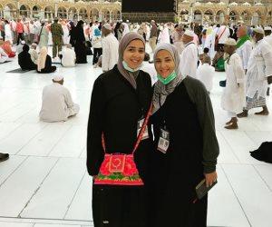 إيمي سمير غانم وشقيقتها أثناء أدائهما لفريضة الحج
