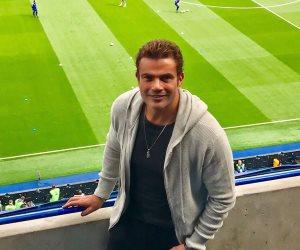 عمرو دياب يتابع مباراة أرسنال وتشيلسي من مدرجات ستامفورد بريدج