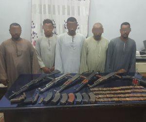 ضبط 5 بنادق آلية في حملة أمنية استهدفت خصومة ثأرية بين عائلتين بسوهاج